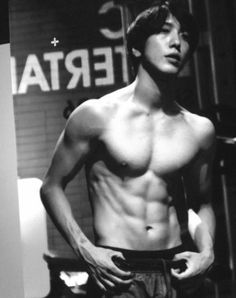 #Yonghwa shows off his chocolate abs