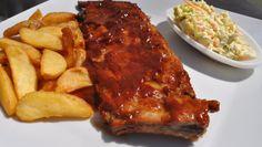 """Nuestras costillas de cerdo con auténtico corte americano , no poseen de ningún conservante. Se sirve con salsa barbacoa y acopañado con patatas y con ensalada """"Coleslaw"""""""