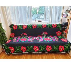 Teppich kilim by MadewithloveRO Vintage Sofa, Vintage Rugs, Vintage Items, Daybed Ideas, Duvet, Design Floral, Wool Carpet, Pattern Making, Handmade Rugs