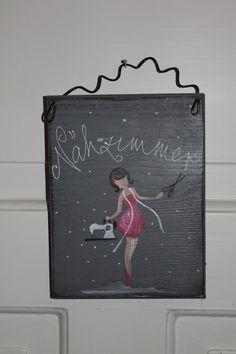 Türschild Nähzimmer - Tür- & Namensschilder - Wandgestaltung - Mit Liebe handgemacht in Jardelund, Deutschland von portrait-werk | Dieses kleine Schild könnte auch deinen Eingang schmücken ;-). Es ist 20x13cm groß, aus Holz, mit... |