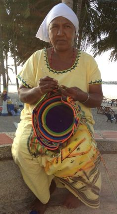 """Mujer Wayuu.  Wayuu (también Wayu, Wayúu, Guajiro, Wahiro) es un grupo étnico amerindio. Lo Wayuu habitan la árida Península de la Guajira a caballo entre la frontera de Venezuela y Colombia, en la costa del mar Caribe. Se refieren a sí mismos simplemente como """"Wayuu"""" y no reconoce el término """"Indio"""", prefiriendo en su lugar el término """"personas"""". Utilizan los términos Kusina o """"Indios"""" para referirse a otros grupos indígenas étnicos, mientras que usa el término Alijuna."""