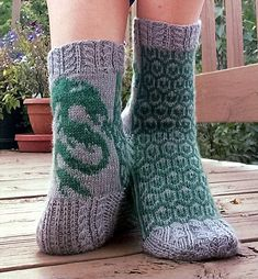 Ravelry: Expecto Draconum pattern by Elisabeth White Crochet Socks, Knitted Slippers, Knitted Bags, Knitting Socks, Hand Knitting, Knit Crochet, Knit Socks, Harry Potter Scarf, Harry Potter Crochet