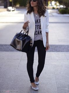 Relaxed look! Skinny jeans, blazer, flats and a great bag.