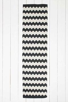 Schwarzer Teppich mit Zickzackmuster, 2 x 8 Fuß