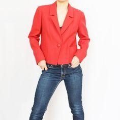 Veste en laine rouge. Fermée devant par un gros bouton. Deux poches plaquées devant. Coupe courte. Taille: convient à un 36-38. Fabriquée en France Monopole, Red Leather, Leather Jacket, France, Jackets, Fashion, Pockets, Cutaway, Human Height