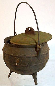 Antique Old 3 Legged Cast Iron Pot Cauldron Kettle w/Bail Cover Gate Mark.