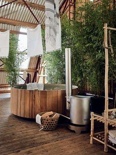 Wooden bathtub and plants | houten badtobbe en planten | Bron: vtwonen februari 2014 | Fotografie Alexander van Berge, James Stokes | Styling Cleo Scheulderman