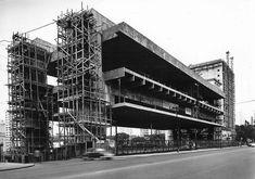 Museu de Arte de SP, a 1968 concreto e estrutura de vidro projetada por Lina Bo Bardi, cujo principal corpo é suportado por duas vigas laterais mais um 74 metros autônomas espaço, considerado um marco da cidade e um símbolo principal da arquitetura moderna brasileira.