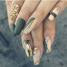 Pretty nail art idea in green, gold and nude colors! Great Winter and Spring nail art idea too. | ideas de unas