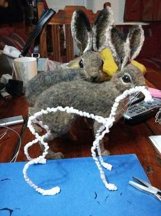 This sight has a good pictorial tuts. This sight has a good pictorial tuts. Wool Needle Felting, Needle Felting Tutorials, Needle Felted Animals, Wet Felting, Felt Animals, Felt Mouse, Felt Cat, Felt Fairy, Felt Dolls