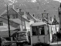 En gang i tiden var Nygårdsgaten toveiskjørt. Det var den gangen trikken kjørte der. Dette bilde viser en del av det gamle boligkvarteret i den midtre delen av gaten – retning mot syd. Fra Svekon film. Av Jan Hansen. 12th Century, Delena, The St, Capital City, Bergen, West Coast, Norway, Gate, Medieval