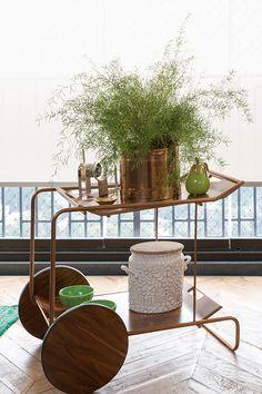 Esse #carrinho é trunfo no canto da sala, proposto por Marina Linhares. #verde #vaso #decoração #elegância