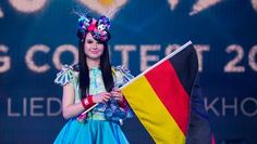 Jamie-Lee Kriewitz mit einer Deutschlandfahne. Jamie Lee Kriewitz
