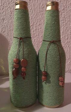 Artesanato com Garrafa de Vidro e Barbante - Artesanato Passo a Passo! Bottle Cap Projects, Glass Bottle Crafts, Wine Bottle Art, Diy Bottle, Vase Crafts, Decor Crafts, Wrapped Wine Bottles, Decoupage Art, Bottle Painting