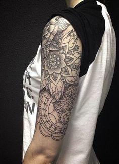 Schwarz weiße Tattoo Idee für Damen. Kreative Tattoovorlage.