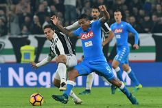 """Juventus' midfielder from Brazil Hernanes (L) fights for the ball with Napoli's midfielder from Brazil Marques Loureiro Allan during the Italian Serie A football match Juventus vs Napoli at """"Juventus Stadium"""" in Turin on October 29, 2016. / AFP / GIUSEPPE CACACE"""