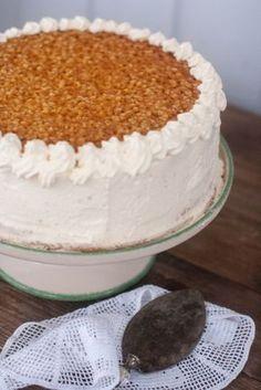 Tunnetteko pitsikakun? Pitsikakku on perinteinen Kurikkalainen täytekakku, jota tarjoiltiin pidoissa. Tai siis tarjoillaan edelleen. Se... Sweet Recipes, Cake Recipes, Dessert Recipes, Summer Cakes, Food Fantasy, Just Eat It, Sweet Pastries, Little Cakes, Pastry Cake
