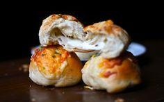 Yammie's Noshery: Peeta's Stuffed Cheese Buns <- seriously have to try these.buns stuffed with cheese, then sprinkled with more cheese? Love Food, A Food, Food And Drink, Cheese Buns, Cheese Bread, Cheese Biscuits, Goat Cheese, Garlic Cheese, Pan Relleno