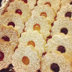 Receta de las tradicionales galletas inglesas que se unen con una salsa o mermelada y se espolvorean con azúcar glass