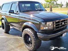 Ford Bronco black pictures and information. Here you can find Ford Bronco photos and parameters. Lifted Ford Trucks, Cool Trucks, Pickup Trucks, Ford Bronco Lifted, Bronco Truck, Bronco Concept, Obs Truck, Ford Obs, Classic Trucks
