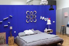 Une chambre d'adulte bleue Klein