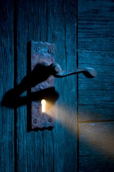 Light Coming Through Antique Keyhole And Door Stockfoto 108226900