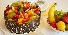 Dort s dvoubarevným korpusem, banánovým krémem a ovocem Summer Desserts, High Tea, Fruit Salad, Decorative Bowls, Paleo, Food And Drink, Cooking Ideas, Birthday Cakes, Sprinkle Cakes