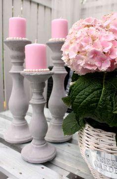 Kauniit yksityiskohdat ja yhteensovitetut värit luovat tilaan viimeistellyn ilmeen. Shabby, Country Chic, Hobbies And Crafts, Pillar Candles, Outdoor Living, Candle Holders, Flowers, Handmade, Terrace