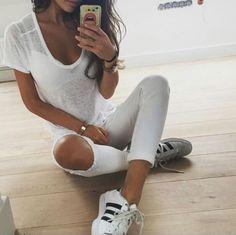 ae55762b7871a ¡15 Outfits trendy con  Adidas Superstar  blancos!