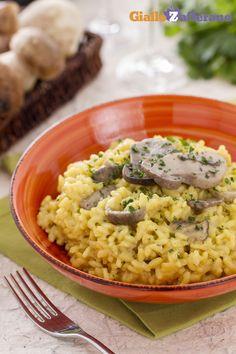 Il #risotto ai #funghi #porcini e #zafferano è uno dei #primi che preferiamo per celebrare l'#autunno l'autunno e i suoi sapori. #ricetta #GialloZafferano #italianfood #italianrecipe #italianrisotto #mushroomrisotto