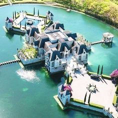 Chateau Artisan: An insane $13,000,000 mansion in Florida that was built on a man-made lake  ▬