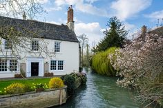 Cottage beside the River Windrush in Witney, UK