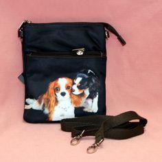Petite sacoche en tissu avec motif cavalier king charles. Plusieurs poches de rangement intérieur et extérieur. Anse réglable.  Dimension: 16.5 cm x 20 cm