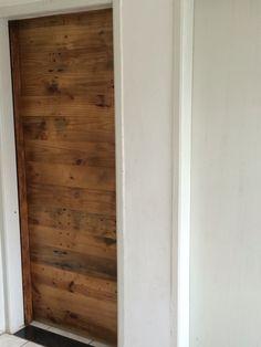 Mais um trabalho finalizado no Ipê ateliê Essa é uma porta toda feita em pallets reutilizado, bonita, ecológica, resistente,moderna e deixa qualquer ambiente um verdadeiro charme. Quem quiser conferir essa porta e nosso espaço basta nos visitar.  Para maiores informações ou pedidos, entrem em contato conosco pelo telefone (34) 3214-5447- (034)99643-4020 ou pelo nosso E-mail:  Atelier.ipe@gmail.com  Designer Paulo Botelho