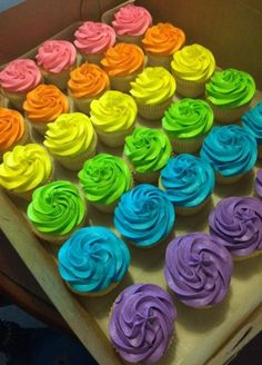 neon cupcakes / neon cupcakes ` neon cupcakes glow party ` neon cupcakes ideas ` neon cupcakes how to make ` neon cupcakes glow party cup cakes Neon Birthday Cakes, Trolls Birthday Party, Sweet 16 Birthday, Birthday Parties, Boy Birthday Cupcakes, Birthday Ideas, Neon Cupcakes, Colored Cupcakes, Fondant Cakes