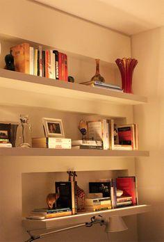 Esta luz delicada deixa o home-office agradável. Ela é propagada por LEDs encaixados em rebaixos nas prateleiras do móvel. O recurso ilumina suavemente o espaço e ainda destaca livros e objetos.
