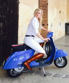 Vespa Bike, Motos Vespa, Piaggio Vespa, Lambretta Scooter, Vespa Scooters, Italian Scooter, Skinhead Girl, Biker Girl, Girl Motorcycle