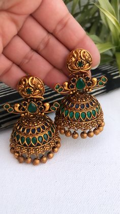 Indian Jewelry Earrings, Gold Jhumka Earrings, Jewelry Design Earrings, Gold Earrings Designs, Silver Jewellery Indian, Necklace Designs, Gold Jewelry, Stylish Jewelry, Fashion Jewelry