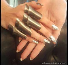 Gigi Hadid ousa com esmalte cromado e aplicações de cristais no verso da unha para o baile do MET 2016