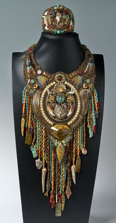 http://bnb.jewelrymakingmagazines.com/~/media/images/Bead%20Dreams/2014/The%20Shamanic%20Path. Not sure of bead artist (Heidi Kummli?) but these pieces are wonderful! Curleytop1.