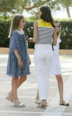 Princess Sofia of Spain (L), Queen Letizia of Spain and Princess Leonor of Spain (R) pose for the photographers during the summer photocall at the Marivent Palace on July 2017 in Palma de Mallorca, Spain. Princess Letizia, Princess Sofia, Queen Letizia, Kate Middleton Outfits, Cool Outfits, Summer Outfits, Spanish Royal Family, Kids Frocks, Girls Wear