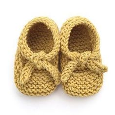 Learn how to Make these cute Knitted Baby Shoes made with GARTER stitch. Balleri… Learn how to Make these cute Knitted Baby Shoes made with GARTER stitch. FREE Step by Step Pattern & Tutorial. Very EASY! Knitted Baby Boots, Crochet Baby Socks, Baby Booties Knitting Pattern, Knit Baby Shoes, Baby Shoes Pattern, Knitted Baby Cardigan, Baby Pullover, Knitted Booties, Baby Hats Knitting