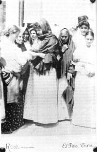 Curandera Maria Sonora, known as La Huila was the mentor to Teresa Urrea, a famous curandera (Mexican Mestiza/Yaqui) who lived in Sonora and Arizona from 1871-1906.  Teresita was also known as La Niña de Cabora, Santa Teresa and La Santa.  Her life is memorialized in the wonderful book, The Hummingbird's Daughter, by Luís Alberto Urrea.  Image of Teresita Urrea by Charles A. Rose (Southwest Collection, Texas Tech University).