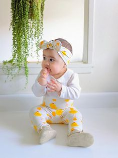 This super sweet set of baby chickens on beige leggings and Top Knot headbands is great for preemies, newborns, babies and toddlers! Each piece is flawlessly handmade, stylish for your baby and makes a great gift that anyone can be proud to give to a lucky mom and baby. #cutebabyfashion #handmadeforkids #preemieclothes #oneofakindbabystyle #cominghomeoutfit #babyshowergift