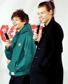 larry stylinson ever body One Direction Harry, One Direction Pictures, Direction Quotes, Fanfic Larry Stylinson, Larry Shippers, Foto Twitter, X Factor, Louis Tomilson, Harry Styles Pictures
