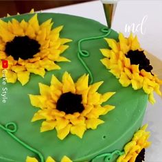 cake decorating videos Everything about this cake is gorgeous! Sugar Cookies Recipe, Cake Cookies, Cupcake Cakes, Cake Decorating Videos, Cake Decorating Techniques, Summer Cupcake Recipes, Sunflower Birthday Cakes, Cupcake Flower Pots, Sunflower Cupcakes