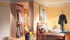 Se i mobili a disposizione sono di misura adatta, per ottenere una cabina armadio fai da te basta spostarli, togliere le ante, aggiungere dei punti luce pi