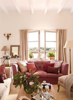 Salón con sofá color burdeos