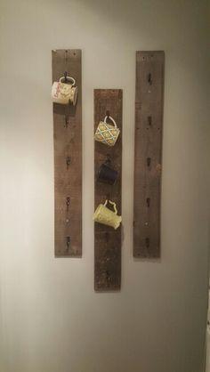 Diy coffee mug rack w/ pallet wood by dawn. Would be cute near a home/coffee bar station! Easy Home Decor, Cheap Home Decor, Diy Becher, Palette Deco, Mug Rack, Diy Mugs, Wood Pallets, Pallet Wood, Pallet Boards
