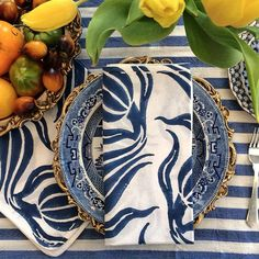 Madeline Weinrib: A very modern take on the blue and white table setting using the traditional Blue.via chinoiserie chic (Mix Match Dinnerware) White Table Settings, Beautiful Table Settings, Place Settings, Blue Willow China, Blue China, Dresser La Table, Entertainment Table, Chinoiserie Chic, China Patterns